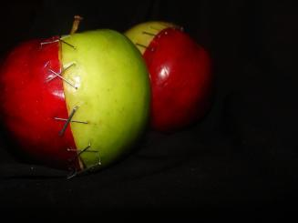 https://mysterybabalon.files.wordpress.com/2011/02/green_red_apple_by_dark_madoka.jpg?w=327&h=243