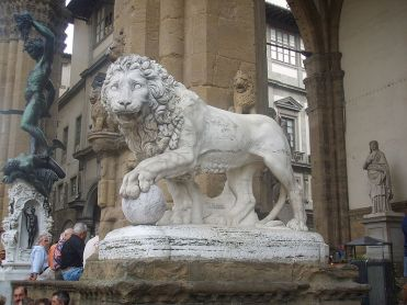 800px-Lion_of_Loggia_de'_Lanzi_left